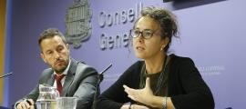 Pere López i Judith Salazar van presentar ahir la proposició de llei.