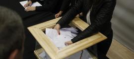 Vots dipositats en una urna durant les eleccions comunals del 2015.