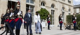 Xavier Espot i Roser Suñé sortint del Palau de l'Elisi, aquest dilluns.