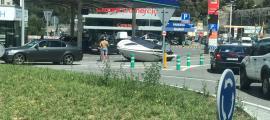 El iot al mig de la carretera, a l'altura del centre comercial River, ahir.