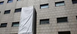 Les obres a les zones de reanimació del bloc quirúrgic de l'hospital són visibles des de l'avinguda Fiter i Rossell.