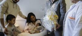 Moment en què personal del SAAS lliura una cistella a la família del primer nadó de l'any, ahir al matí.