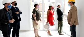 Un moment de la visita de les autoritats a l'estudi mostra de l'edifici de pisos socials situat a Ciutat de Valls, aquesta tarda.