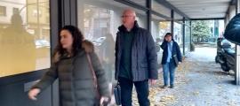 Josep Gómez, excap d'ugències, amb la seva advocada entrant a la batllia, ahir.