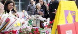Antoni Martí va visitar ahir les parades de llibres i roses de la plaça del Poble.
