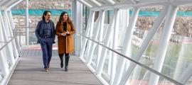 Landry Riba i Maria Martisella ahir a la passarel·la de la CG-1, davant l'Estadi Comunal d'Andorra la Vella.