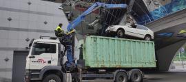 El procés de destrucció d'un dels vehicles abandonats.
