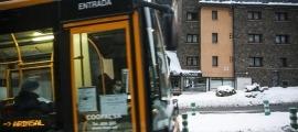 Un autobús de línia nacional realitzant el servei.