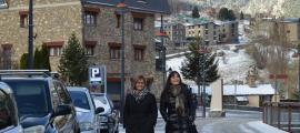 Meritxell Palmitjavila i Mònica Bonell caminen per Canillo.