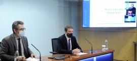 El ministre de Finances, Eric Jover, i el director de Tributs i Fronteres, Albert Hinojosa, van presentar ahir l'estudi del 'Paying taxes'.