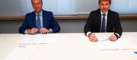César González-Bueno i Lluís Alsina en el moment de rubricar l'acord.