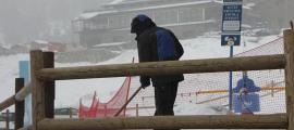 Un treballador a les pistes d'esquí de Grandvalira.