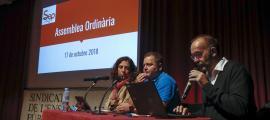 El secretari general del Sindicat d'Ensenyament Públic, David Garcia, al centre.