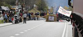 El tall de trànsit que va tenir lloc a la rotonda de la Seu d'Urgell l'any passat.