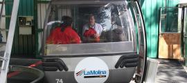 Les autoritats que han visitat les infraestructures agafant el telecabina de La Molina.