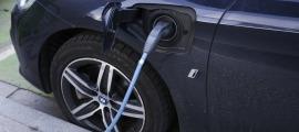 Un cotxe elèctric en un punt de recàrrega de la capital.