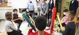 Espot, Vilarrubla i Casal són rebuts amb una cançó pels alumnes de segon de primera ensenyança.