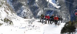 Esquiadors a les pistes de l'estació massanenca Vallnord Pal Arinsal.