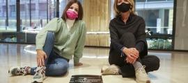 Marta Escabrós i Inés Martí, ahir a la tarda a la botiga Massimo Dutti amb el cartell de l'exposició.
