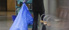 Una dona fent tasques de neteja.