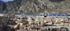 Catrons per a reciclatges acumulats en una planta del país.