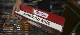 Cartrons de tabac en venda en un establiment del Principat.