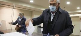 Dos dels electors exercint el seu dret a vot al consolat espanyol, aquest matí.