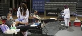 Més de 150 persones es van acostar ahir a donar sant al Poliesportiu d'Andorra.