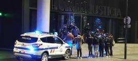 La policia amb els joves que esperaven la sortida dels detinguts pel 'cas Forex'.