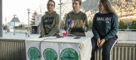 Els estudiants van presentar la iniciativa a la plaça del Poble, ahir a la tarda.