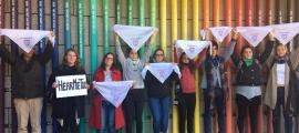 Els manifestants davant de la instal·lació artística sobre els drets humans, ahir.