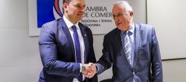 El ministre de Presidència, Economia i Empresa, Jordi Gallardo, i el president de la Cambra de Comerç, Miquel Armengol, ahir.