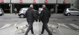 Un home passejant un gos.