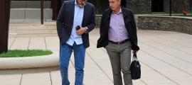 Higini Cierco i Joan Pau Miquel conversen abans d'entrar a la sala del judici de BPA, el 17 de setembre passat.