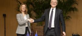 Calvó amb Lévy després de la signatura de l'acord marc amb Electricité de France, ahir.