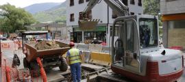 Operaris de la construcció treballant en les obres de la xarxa separativa de Santa Coloma.