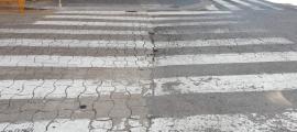 Un dels carrers de la Seu d'Urgell pendent de ser asfaltat.