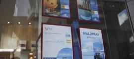 Catàlegs de viatges exposats en una agència del Principat.
