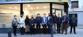 Membres del Comú, de Correus i de la Poste inauguren la nova oficina a la plaça Major.