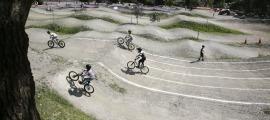 La zona esportiva de les Berques s'ha consolidat entre aficionats a la bici, l''skate' o els patinets.