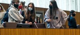 Els alumnes participants al Consell General dels Joves visitant l'hemicicle.