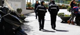 Dos agents de policia es dirigeixen cap a la plaça del Poble.