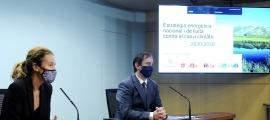 Sílvia Calvó i Carles Miquel en la presentació de l'estratègia energètica nacional i de lluita contra el canvi climàtic, ahir.