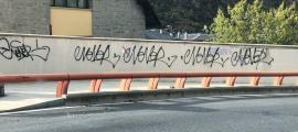 La paret de la carretera de la Rabassa amb les pintades, que ja s'ha netejat.