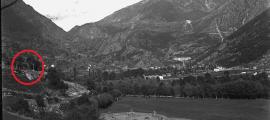 Amunt, a l'esquerra, la Creu Grossa i la capella. Fons Guillem de Plandolit. Data: 1902-1905.
