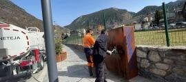 Treballadors del servei de neteja d'Encamp eliminant les pintades, avui.