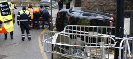 Un cotxe es va encastar contra unes pilones davant de l'edifici del bar de l'Estadi Comunal.