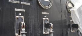 L'amiant ha aparegut en el cartró, el filament i la llana de làmpades, bobines, fusibles i resistències de les emissores de Radio Andorra, una SFR del 1939 com la d'aquí dalt i una Brown Boveri del 1962.