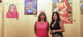 Les dues artistes en la presentació de la mostra al vestíbul del Bingo Star's, ahir.