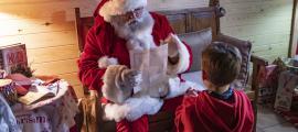 Un dels nens fent entrega de la seva carta al Pare Noel diumenge passat.